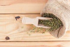 Все зерна в деревянном ветроуловителе на деревянном столе Стоковые Фото
