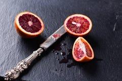 Все и отрезанные сицилийские апельсины на черной предпосылке шифера Стоковые Изображения RF