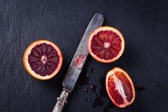 Все и отрезанные сицилийские апельсины на черной предпосылке шифера Стоковые Фотографии RF