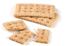2 все и сломленные crispbreads зерна изолированные на белой предпосылке Стоковая Фотография