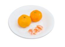 2 все и этапы апельсинов мандарина на белом блюде Стоковые Изображения