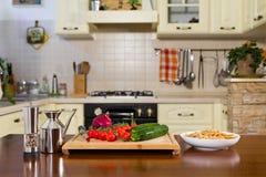 Все макаронные изделия farfalle с цукини, томатами вишни и красным луком Стоковые Фотографии RF