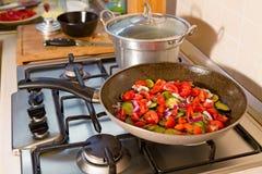 Все макаронные изделия farfalle с цукини, томатами вишни и красным луком Стоковые Фото