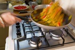 Все макаронные изделия farfalle с цукини, томатами вишни и красным луком Стоковая Фотография RF