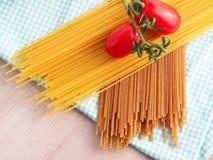 Все макаронные изделия пшеницы против уточненной муки одного Стоковое Изображение