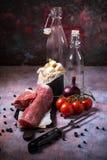Все мясо tenderloin свинины на винтажной доске с томатами и чесноком Стоковое Фото