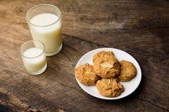 Все печенья миндалины пшеницы с стеклом молока Стоковая Фотография