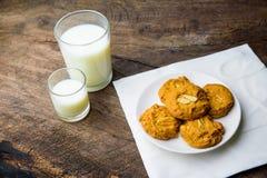 Все печенья миндалины пшеницы с стеклом молока Стоковое фото RF