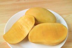 Все плодоовощ и отрезок в половинных ароматичных вкусных зрелых одобренных-Rong манго Таиланда Стоковая Фотография