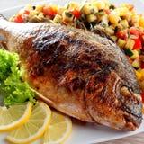 Все рыбы при лимон, который служат с свежей сальсой Стоковая Фотография