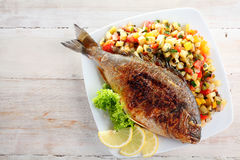 Все рыбы при лимон, который служат с свежей сальсой Стоковые Изображения RF