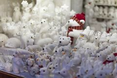 Все сувениры и игрушки подарков белого рождества на стойле рынка пришествия: медведи, кролики, снеговики, стоковая фотография rf