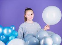 Все те воздушные шары для меня Эмоции счастья положительные Преследованный с воздушными шарами Иметь потеху Тематическая вечеринк стоковая фотография rf