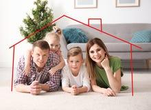 все типы страхсбора принципиальной схемы Контур дома вокруг счастливой семьи стоковое изображение rf