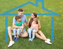 все типы страхсбора принципиальной схемы Контур дома вокруг счастливой семьи стоковое фото rf