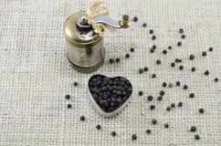 Все черные перчинки и точильщик перца Стоковая Фотография