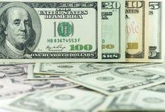Все штабелируют тип американских долларов на предпосылке много долларов Стоковое Изображение
