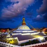все boudhanath Будда eyes полусфера kathmandu Непал переднего плана гигантская золотистая видя белизну более малого stupa шпиля в Стоковые Изображения