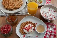 Все Waffles зерна с свежими фруктами Стоковые Фото