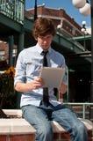 Вскользь бизнесмен на франтовской таблетке Стоковая Фотография RF