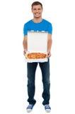 Вскользь ванта показывая свеже испеченную yummy пиццу стоковое фото rf