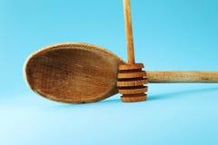 Вскользь деревянная ложка для шевелить некоторый соус или другие еду и ложку на меде стоковое фото rf