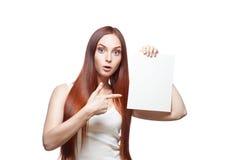 Вскользь женское удерживание и указывать на знак стоковые фотографии rf