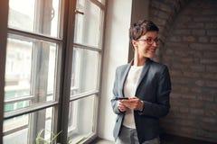 Вскользь женщина бизнеса лидер стоковые фотографии rf