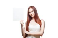 Вскользь молодая женщина с знаком на белизне Стоковые Фотографии RF