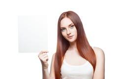 Вскользь молодая женщина с знаком на белизне Стоковое Фото