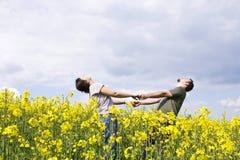 вскользь пары наслаждаясь детенышами лета Стоковые Фото