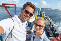 Вскользь пары принимая фото автопортрета selfie на пароме задействуют к их назначению острова летних каникулов стоковые изображения rf