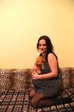 Вскользь беременная женщина: Близко к рождению Стоковые Изображения RF
