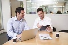 2 вскользь бизнесмена работая совместно в современном офисе с Ла Стоковая Фотография RF