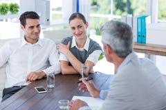Вскользь бизнесмены говоря совместно Стоковое фото RF