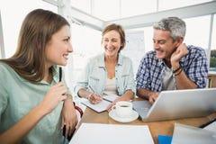 Вскользь бизнесмены говоря совместно Стоковое Изображение RF