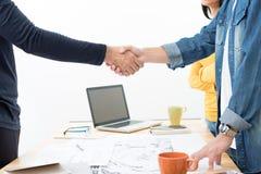 Вскользь бизнесмены делая рукопожатие на встрече Стоковые Фотографии RF