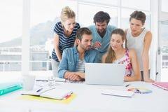 Вскользь бизнесмены используя компьтер-книжку совместно Стоковая Фотография RF