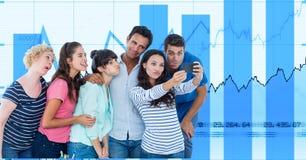 Вскользь бизнесмены принимая selfie на умном телефоне против диаграмм Стоковые Фото