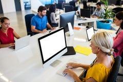 Вскользь бизнесмены работая на компьютере Стоковые Изображения RF