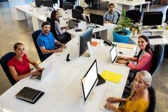 Вскользь бизнесмены работая на компьютере Стоковые Фото
