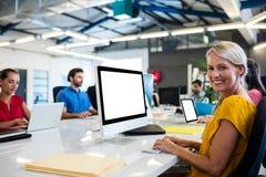 Вскользь бизнесмены работая на компьютере Стоковое Изображение RF