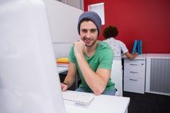 Вскользь бизнесмен используя компьютер в офисе Стоковое Изображение