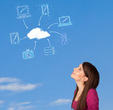 Вскользь девушка смотря концепцию облака вычисляя на голубом небе Стоковое Изображение RF