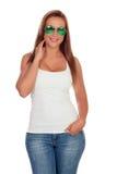 Вскользь девушка с солнечными очками и джинсами Стоковые Изображения RF
