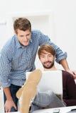 2 вскользь делового партнера работая в офисе Стоковые Изображения