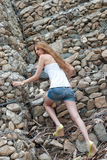 Вскользь женщина взбираясь огромная стена утеса Стоковые Фото