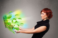Вскользь женщина держа тетрадь с рециркулирует и экологическое sym Стоковая Фотография