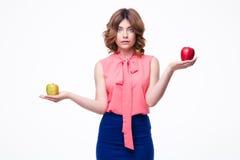Вскользь женщина держа яблока на ладонях Стоковое фото RF