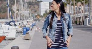 Вскользь женщина наслаждаясь прогулкой через Марину видеоматериал